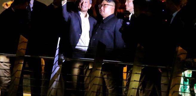 Utrzymują oni, że deklarowana przez Kim Dzong Una gotowość do wyrzeczenia się arsenału nuklearnego nie idzie w parze z jego faktycznymi zamierzeniami ws. przyszłości broni atomowej. Co więcej, zależy mu na ukryciu prawdy o wielkości arsenału nuklearnego Korei Płn.