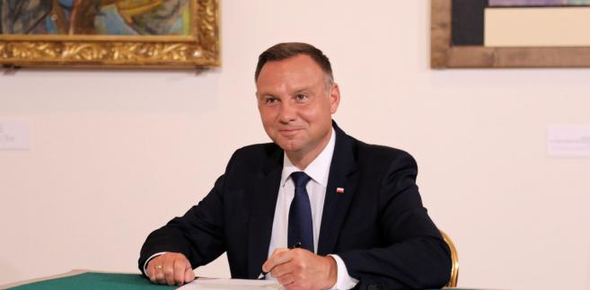 Andrzej Duda w czasie trzech lat prezydentury odbył ponad 100 spotkań z głowami państw i rządów oraz ponad 330 wizyt krajowych - wyliczono w spocie przygotowanym przez Kancelarię Prezydenta.
