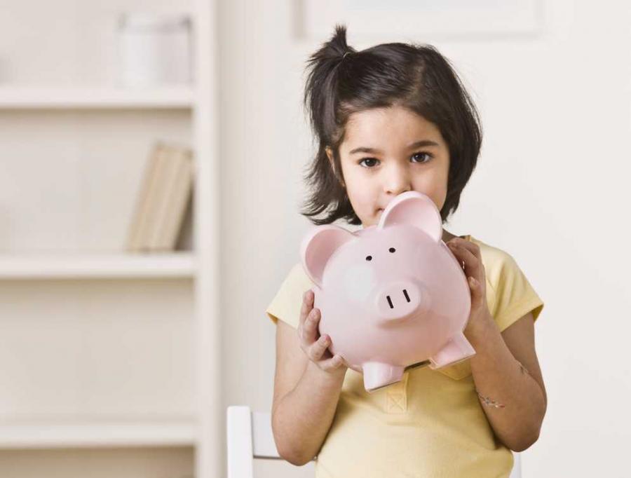 Dziewczynka ze skarbonką Fot. Shutterstock