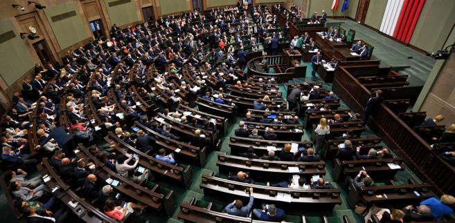 Podczas dwudniowego posiedzenia izby parlamentarzyści zdecydowali o dalszym losie Pracowniczych Planów Kapitałowych, e-dowodów i deklaracji PIT. Kolejny cykl posiedzeń Sejmu otwiera też dyskusja o zmianach w kodeksie wykroczeń i zasadach kontroli PIP.