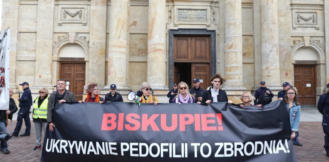 Demonstracja pod hasłem #RęcePreczodDzieci