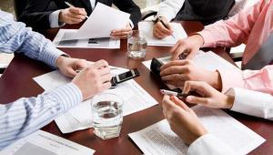 Okres trwania mandatu, tj. czas, w trakcie którego danej osobie przysługuje upoważnienie do wykonywania funkcji członka zarządu, nie musi się dokładnie pokrywać z określoną w umowie spółki długością kadencji