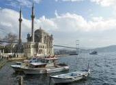 <b>8. Turcja</b> <br></br> Tureckie Siły Zbrojne (Türk Silahlı Kuvvetleri) zgodnie z konstytucją tego kraju mają stać na straży świeckości państwa. Ministerstwo obrony w Ankarze ma do dyspozycji ponad 400-tysięczną armię oraz niemal 200 tys. rezerwistów. Rozległa Turcja, granicząca w części europejskiej z Bułgarią, a na wschodnim krańcu z Irakiem, utrzymuje znaczne siły lądowe oparte na 3,6 tys. czołgów oraz na opancerzonych pojazdach bojowych w liczbie 8,5 tysiąca. Trzonem tureckich sił powietrznych są  - dobrze znane w Polsce – amerykańskie samoloty wielozadaniowe spod znaku General Dynamics F-16 Fighting Falcon. Od północy, zachodu i południa Turcja oblana jest wodami czterech mórz: Morza Czarnego, Marmara, Egejskiego i Śródziemnego. Do obrony na morzu Turcja może wysłać 115 okrętów swojej floty wojennej. Budżet obronny Turcji (18,2 mld dol./rocznie) jest tylko dwukrotnie wyższy od analogicznych funduszy rządu polskiego.