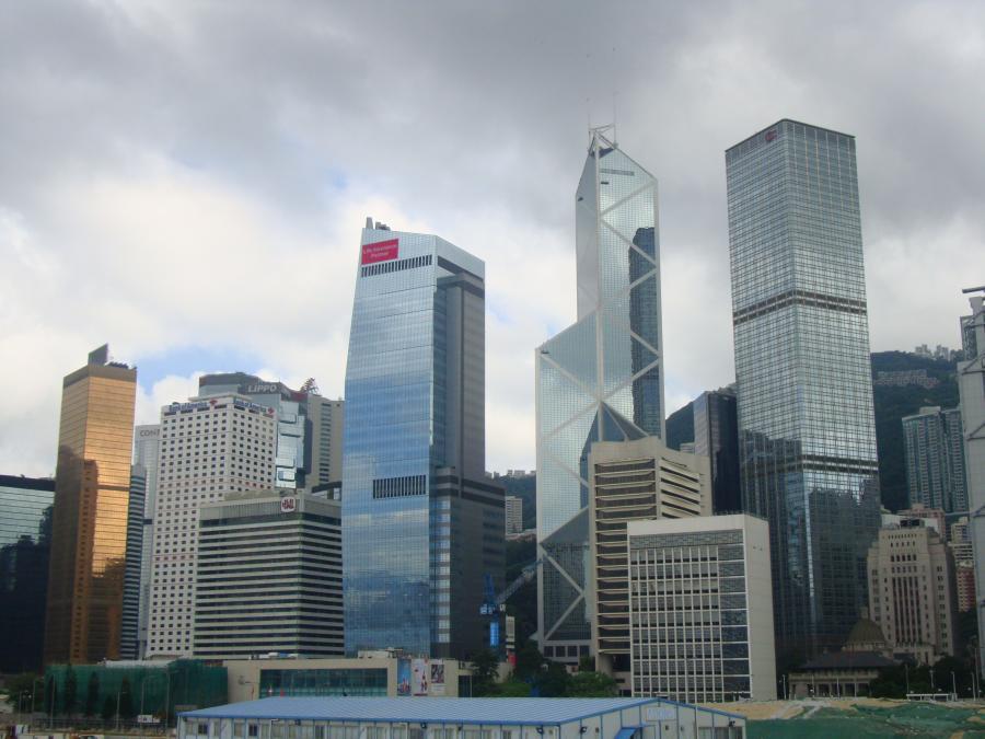 Wyspa Hongkong z charakterystcznym budynkiem Banku Chińskiego