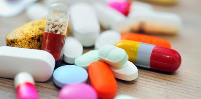 Resort projekt zmian tłumaczy prosto: pigułki, które łykamy, powinniśmy przyjmować pod kontrolą lekarza lub farmaceuty, a nie sprzedawcy paliwa
