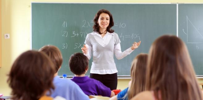 Płace nauczycieli z tytułem licencjata i przygotowaniem pedagogicznym wzrosną od 109 do 144 zł brutto, a nauczycieli z tytułem licencjata bez przygotowania pedagogicznego od 457 do 108 zł. O 108 zł ma wzrosnąć wynagrodzenie zasadnicze nauczycieli mianowanych z licencjatem, ale bez przygotowania - to właśnie tym nauczycielom warszawski samorząd chce przyznać dodatkową podwyżkę.