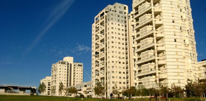 Chodzi o przepisy ustawy o spółdzielniach mieszkaniowych oraz ustawy o własności lokali, które umożliwiają zarządowi spółdzielni żądanie sprzedaży lokalu w drodze licytacji, jeśli lokator długotrwale nie płaci lub rażąco i uporczywie narusza porządek domowy.