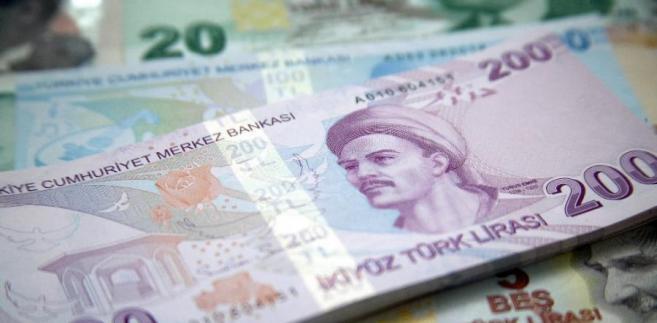 """W niedzielę Erdogan ocenił, że spadek wartości liry tureckiej jest wynikiem """"spisku politycznego"""" przeciwko jego krajowi."""