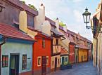 Czeski urok Pragi czyni to miasto idealnym miejscem dla podróżnych, którzy mają dość plaż i wolą obcować z kulturą. Można poświęcić cały dzień na zwiedzanie zamku na Hradczanach, a następnie zjeść suty posiłek w jednej z klasycznych czeskich gospód. – tak o Pradze pisze portal TripAdvisor. Praga rzeczywiście zachwyca: Most Karola, Rynek Staromiejski, Hradczany, Mala Strana, czy dzielnica Żydowska – dzięki tym miejscom czeska stolica ma swój niepowtarzalny urok, a turysta będzie pod jego wrażeniem przez długi czas. Po intensywnym zwiedzaniu warto zjeść posiłek w jednej z licznych restauracji, a wieczorem udać się do baru ukrytego w piwnicy i wypić słynne czeskie piwo.