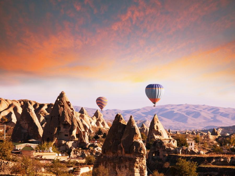 Kapadocja zachwyca swoim księżycowym wyglądem. Podobno najlepiej podziwiać jej piękno podczas lotu balonem o wschodzie słońca.